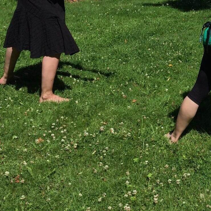 Asahin taikaa nurmikolla tai kotilattialla